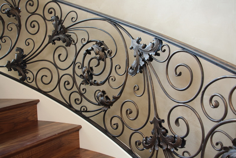 Ажурная кованая лестница в дом