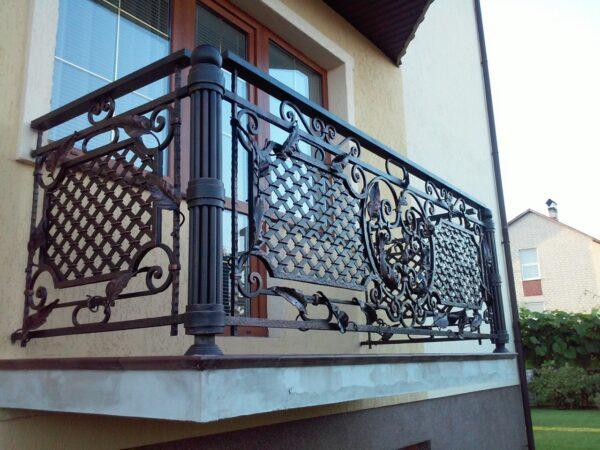 Кованые массивные перила для балкона загородного дома