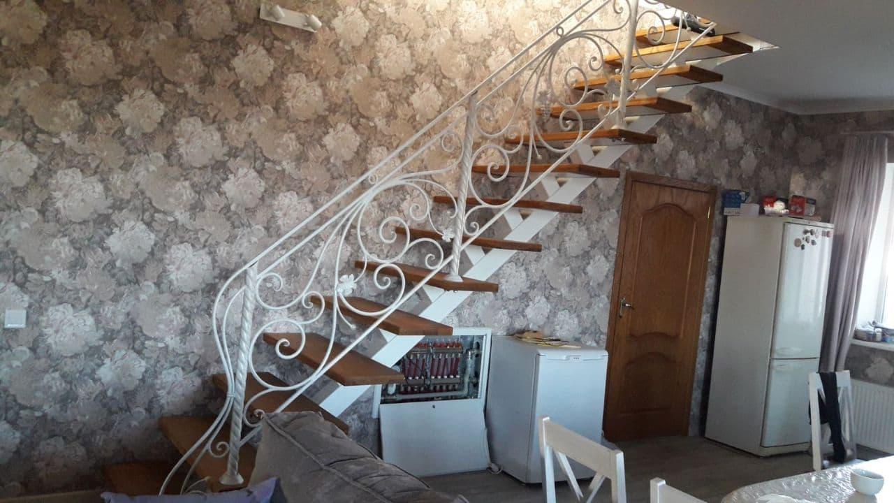 Белая кованая лестница в частный дом